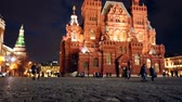 view of the historical Museum and decorated Moscow and red square for New year and Christmas. tourists and people walk at the Moscow Kremlin on red square.Motionlapse. Timelapse Vídeos