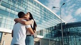 llegando : The long-awaited meeting at the airport loving couple. Love and hug each other. Meeting of two loving people. Slow motion