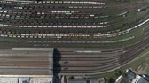 депо : Train station with freight trains and containers in aerial view. Aerial shooting top down footage of railway transportation hub showing the different trains parked, 4k