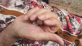 antibióticos : Older woman putting two white pills in her arm. Grandmother threw tablets from one hand to the other and squeezes her. Concept of healthcare and medicine. Top view Close up Slow motion