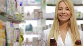 xampu : Portrait of a beautiful pharmacist holding product Vídeos