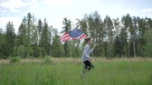 lentejoula : Happy boy with American flag running Vídeos