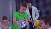 змеевик : Children explores Tesla coil in scientific museum