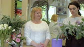floristic : Florist teach assistant to make flower composition Stock Footage