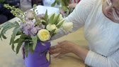 kwiaciarnia : Mature woman look at floristic composition inside the card box Wideo