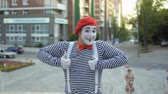 жестикулируя : Street mime in red beret show thumbs up to camera Стоковые видеозаписи