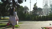 аксессуар : Stylish young brunette walking in beautiful morning park Стоковые видеозаписи