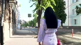 kabelka : Brunette with long hair talking on phone walking in the center of the city Dostupné videozáznamy