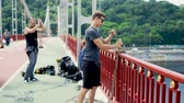 atlamacı : Two guys take care of safety for jumpers on the bridge Stok Video