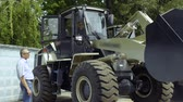 отпереть : Manager demonstrates buyer how work the tractor