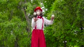 жестикулируя : Mime is juggling in the park
