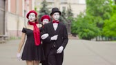 жестикулируя : Three funny mimes play scenes in the city street