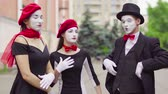 gesticulando : Three funny mimes play scenes in the city street