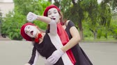 жестикулируя : Mimes girls imitate motorcycle riding