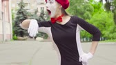 жестикулируя : Female mimes do performance in the park