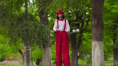 gesticulando : Funny young mime walks on stilts and juggling Stock Footage