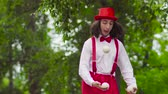 жестикулируя : Funny mime walks on stilts and juggling in the park