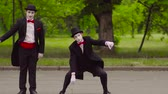grimasa : Two funny mimes do performance in the park Dostupné videozáznamy