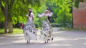 korzet : Two beauty couples on stilts are dancing on the street