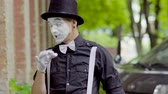 жестикулируя : Young mime is fooling around on the street Стоковые видеозаписи