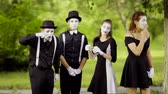 palacz : Mimes eat and smoke at the park