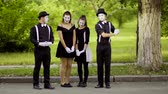 vyděsit : Mimes flirt with their colleagues in the park