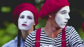 imitação : Mimes look with imitation of anger trying to scare viewer