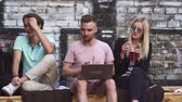 produtividade : Young people sit together and drink lemonage