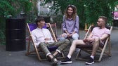 produtividade : Young people sit at comfortable chairs and chatting