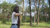 アーチェリー : Female archer draving arrow and shooting target