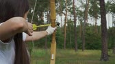дартс : Young girl draving arrow and shooting target Стоковые видеозаписи
