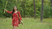 стрельба из лука : Girl pulls out of the arrow from quiver