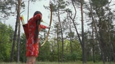 дартс : Girl is trying to hit an arrow in a tree