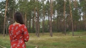 дартс : Woman with a bow stands with his back to the camera