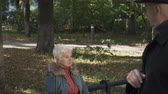 érv : Old lady is angry with her husband at the park