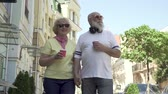 família : Portrait beautiful senior couple walking in the city and enjoy each other Stock Footage