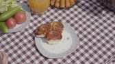 skřípat : Freshly baked cakes lying on the table near vegetables and juice jar. Hands of unrecognized people taking pieces of fresh pastry at the same time. Breakfast of happy friendly family. Dostupné videozáznamy