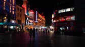 semaforo peatonal : People walking on Leicester Square at night in London.