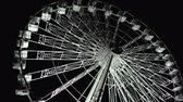 piscar : Ferris wheel glowing with white lights in the dark