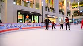 deslizamento : Krasnogorsk, Russia - December 10.2016. People are skating in shopping and entertainment center Vegas