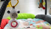 suspensão : toys for newborns hang over rug