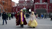 congratulação : Moscow, Russia - March 17. 2018. Actors in historical clothing are walking along Manege Square near Kremlin.