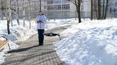 operação : Moscow, Russia - March 30. 2018. teenager operates quadrocopter DJI Mavic Air. Stock Footage