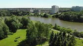 sauce : large urban pond in Victory Park in Zelenograd in Moscow, Russia Archivo de Video