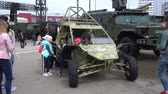 kleine kinder : BELARUS, MINSK, 17 May 2019: 9th International Exhibition of Armament and Military Equipment Milex - 2019. rowd of children climbed onto a machine of military origin, they are learning and playing military equipment