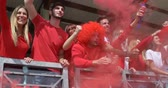 russe : Amis fans de supporters de football acclamant et regardant le football