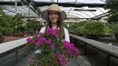 japão : Woman working in a greenhouse Vídeos