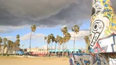 posando : Venice Beach art work as storm moves in (timelapse)