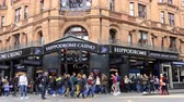 ипподром : LONDON, ENGLAND, UNITED KINGDOM - APRIL, 2017: London city centre center street corner building Hippodrome Casino and crowds of people passing by during day time