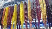 różaniec : Colorful rosary for sale in Turkish bazaar. Wideo